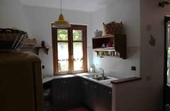 Eine Spüle, Geschirr und Besteck gehören selbstverständlich mit zur Ausstattung