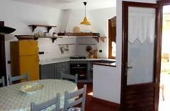 Die Kochecke ist schön abgeteilt und mit Gasherd, Backofen, Kühl-Gefrierkombination und Schränken ausgestattet