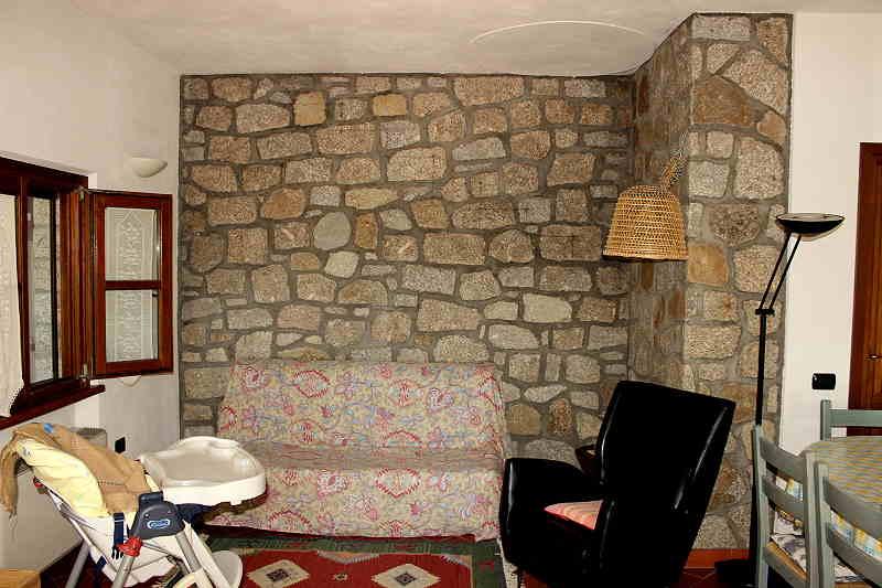 Wohnraum mit Schlafcouch, Sessel und weiteren Sitzmöglichkeiten....