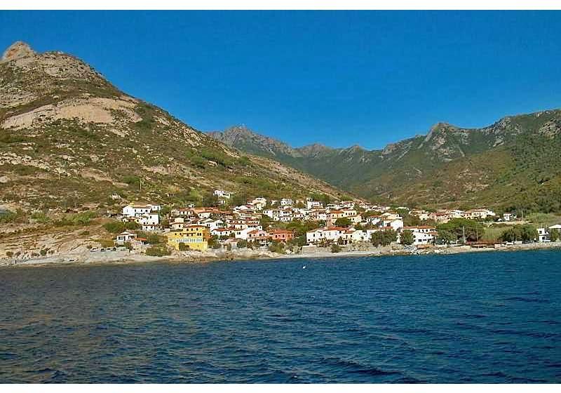 Pomonte vom Meer aus gesehen