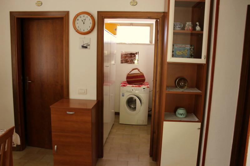 linke Tür zur Küche und rechts im Raum die Waschmaschine