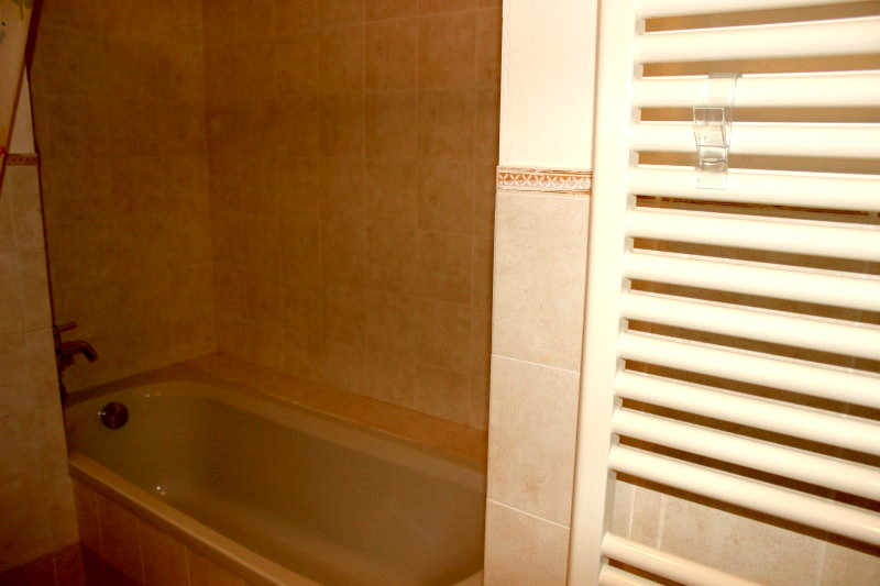 mit Wannenbad und Duschmöglichkeit